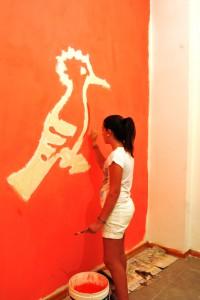 Alice inizia il difficile compito di pitturare il nostro simbolo!